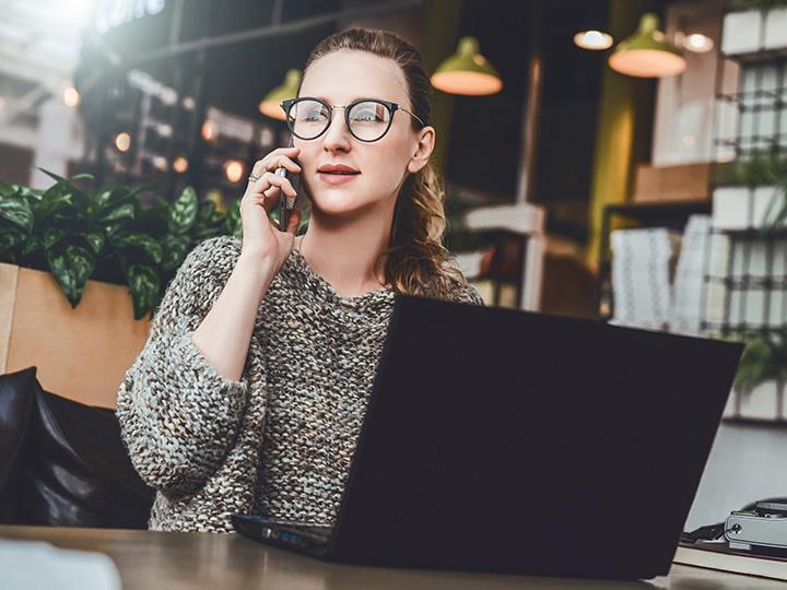 kvinna_i_telefon_HRmasterdata-blogg